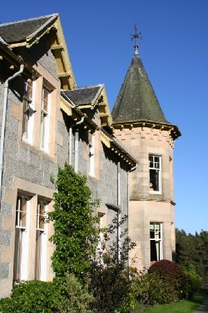 Tigh na Sgiath Country House Hotel: The room where you have pre-drinks - above it is the turret end of Ballindalloch