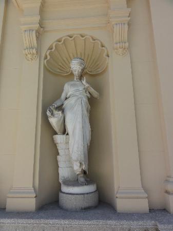 Museo Lázaro Galdiano: Statue in the garden