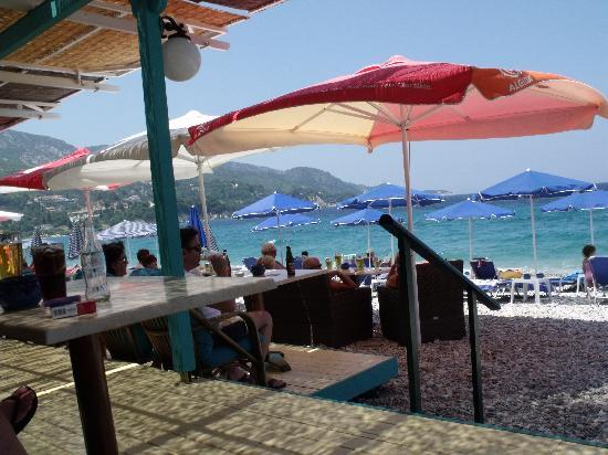 Alfa Cafe Bar: View of the beach from the terrace