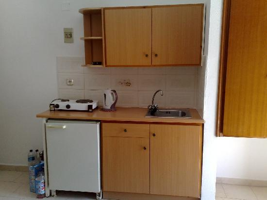Stergia Apartments: Small kitchen and cooking area