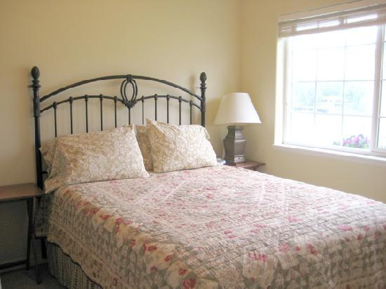 Alaska Garden Gate B & B: Queen bed in Guest Cottage bedroom