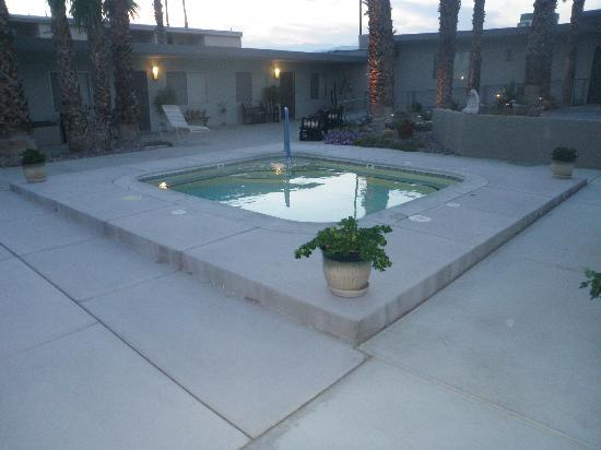 Lido Palms Resort and Spa: outside mineral hot tub :)