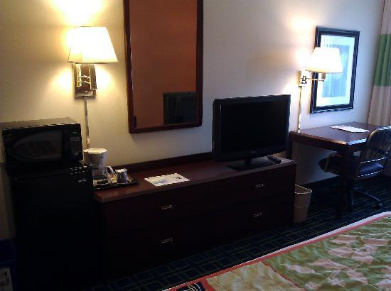 Fairfield Inn Burlington Williston: Flatscreen TV & Dresser