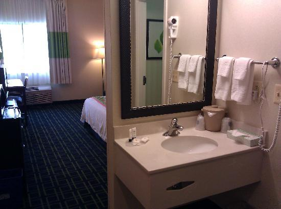 Fairfield Inn Burlington Williston: Vanity Area