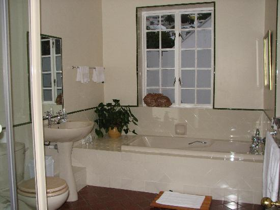 The Villa Rosa: bathroom