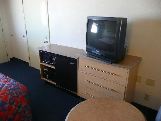 Red Roof Inn Dallas - DFW Airport North : TV,minin fridge and microwave