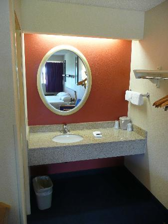 Red Roof Inn Dallas - DFW Airport North: Mirror
