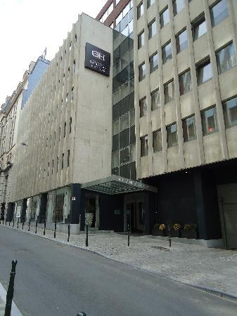 Sandton Hotel Brussels Centre: Outside View from across the street