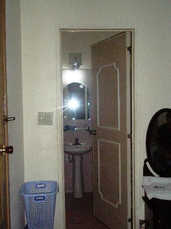 Thien Hai Hotel: Bathroom