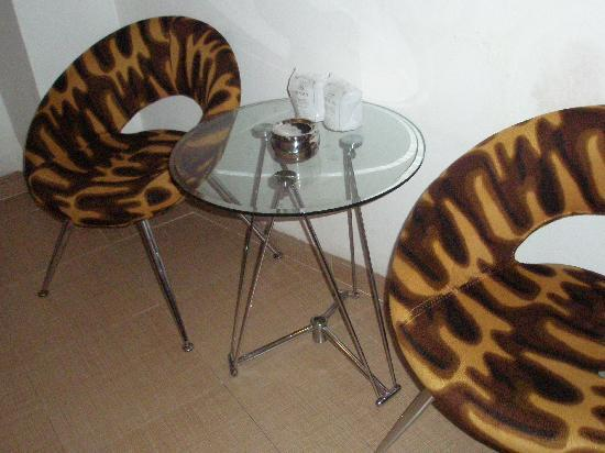 My Ngan Hotel: Chairs and table