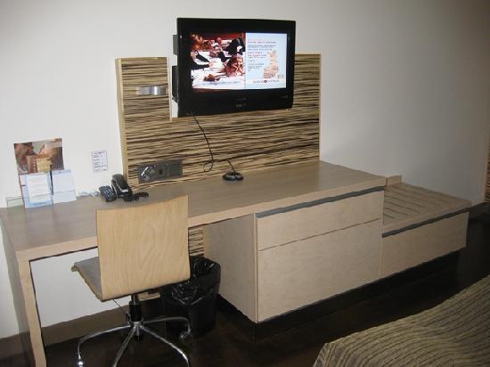 Original Sokos Hotel Seurahuone: Desk & tv