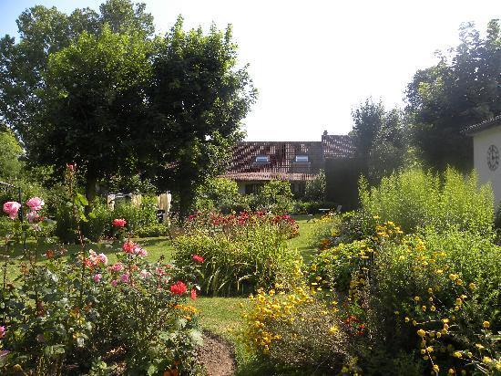 Hôtel Ferme de La Raterie : vue d'ensemble du jardin