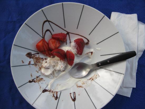 Portugal dos Pequenitos: lecker: Nachtisch an der Yurte!