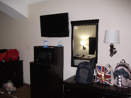 Baymont Inn & Suites Galveston: Fridge, Microwave and flatscreen television