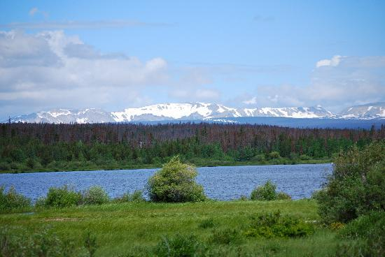 Vee Bar Guest Ranch: View of Medicine Bow from Owen Lake