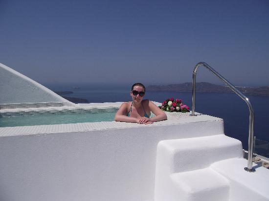 White Santorini Suites & SPA: Terrace with jacuzzi