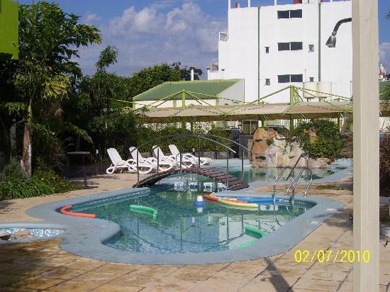 Apart Hotel Federacion: Piscina en un día hermoso soleado