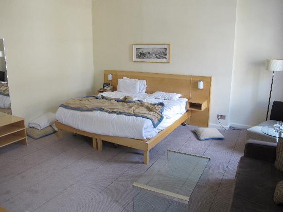 ฮิลตัน ลอนดอน กรีน พาร์ค: King Deluxe room bed