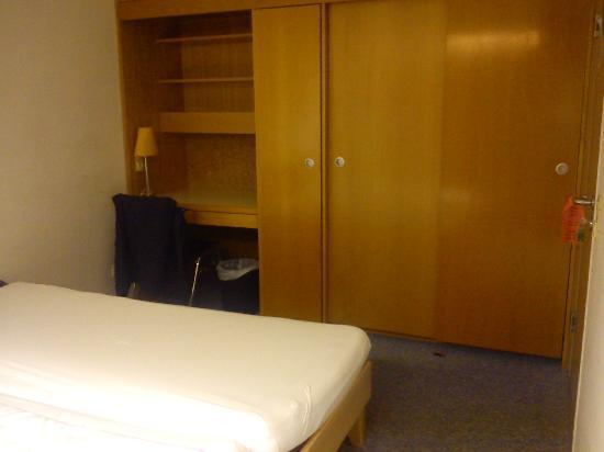 Euro Inn - Hostel: Blick zur Schrankwand, viel Stauraum
