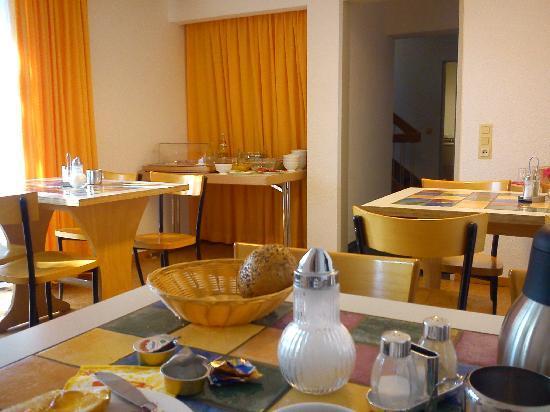Euro Inn - Hostel: Frühstückszimmer