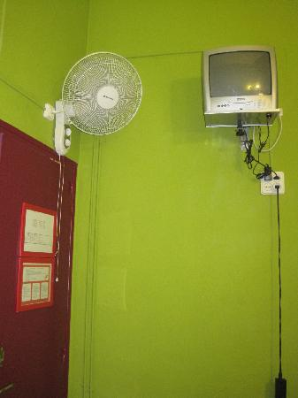 Paraiso Travellers Hostel: Fan and non-working TV