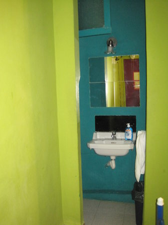 Paraiso Travellers Hostel: Sink (but you must pay to use towels)