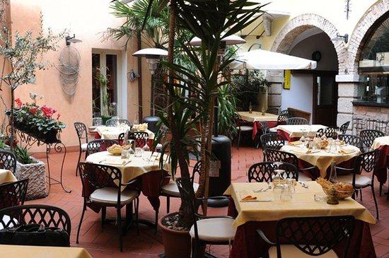 Trattoria Pizzeria Alessi : Corte Pozzi - Giardino