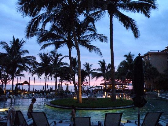 Villa del Palmar Flamingos Beach Resort & Spa Riviera Nayarit: Sunset at the pool