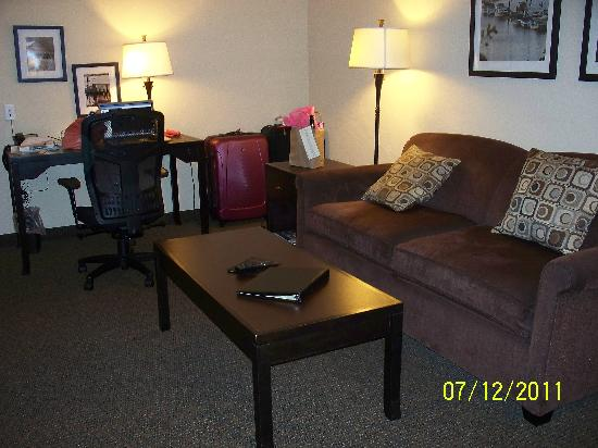 Best Western Wesley Inn & Suites: Large living space in the suite