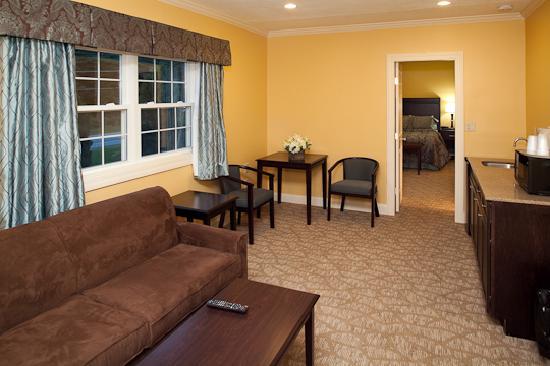 The Golden Apple Inn: king suite