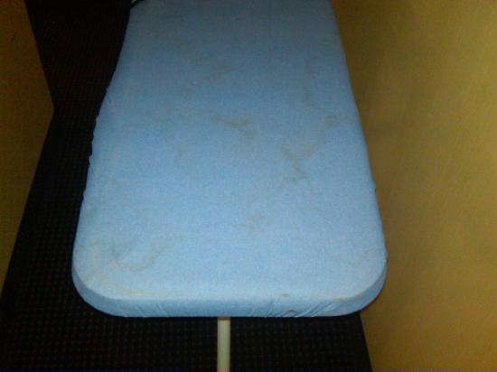Holiday Inn Express Buffalo Airport: Disgusting ironing board