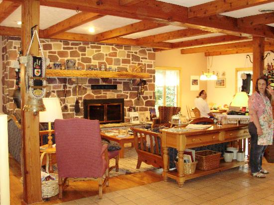 Swiss Woods Bed and Breakfast: The great room & breakfast area!