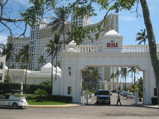 Hotel Riu Emerald Bay: From out side the Riu gates
