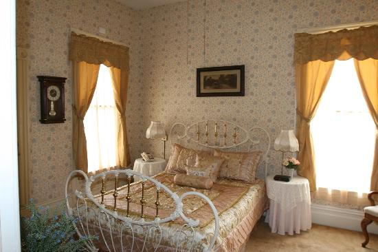 Power's Mansion Inn: Victorian room with private bath