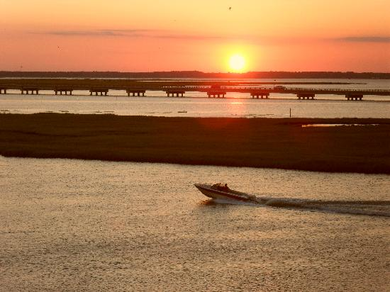 Comfort Suites Chincoteague: sunset from balcony