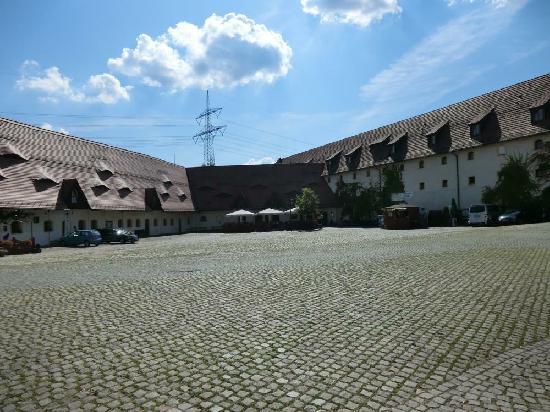 Wasserschloss Klaffenbach: Courtyard to hotel with other restaurants and bars