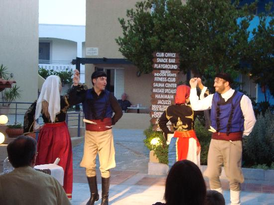 Platanias, Greece: spettacolo danza greca la sera sulla terrazza duori dal ristorante