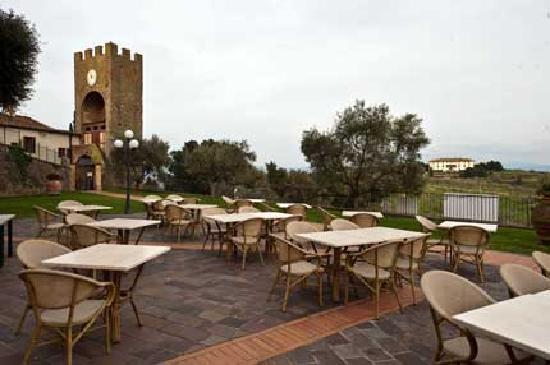 La Cantina del Redi : vista sulla terrazza, ma non gli rende giustizie, con il particolare della torre nello sfondo.