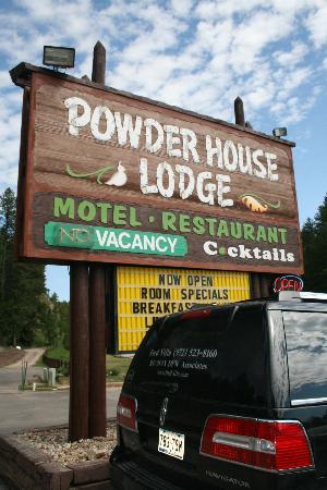 Powder House Lodge: the sign at the entrance