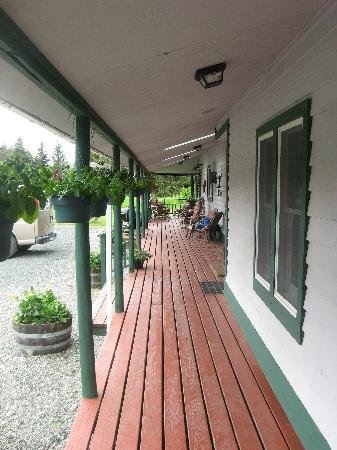 Gustavus Inn at Glacier Bay: Main porch