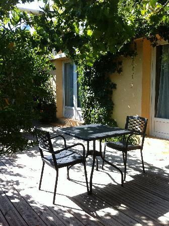 พอร์ติคคิโอ, ฝรั่งเศส: Côté cour, patio abrité avec des vignes.