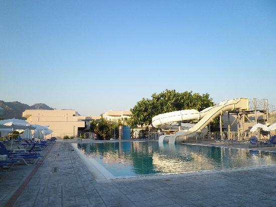 Asteras Resort: The pool with 2 slides