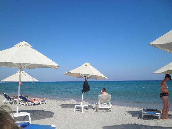 Asteras Resort: The beach with sunbads and umbralas