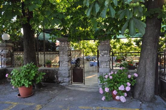Lokev, Slovénie : Lovely outdoor terrace