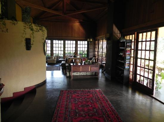 Ngurdoto Lodge : Lobby und Kaminzimmer