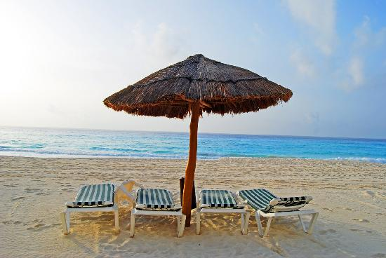 The Royal Sands Resort & Spa All Inclusive : Palapas on the beach