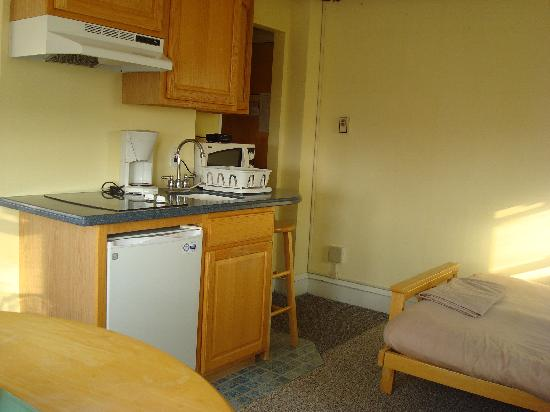 Homestead Beach Hotel: view of kitchen towards entry