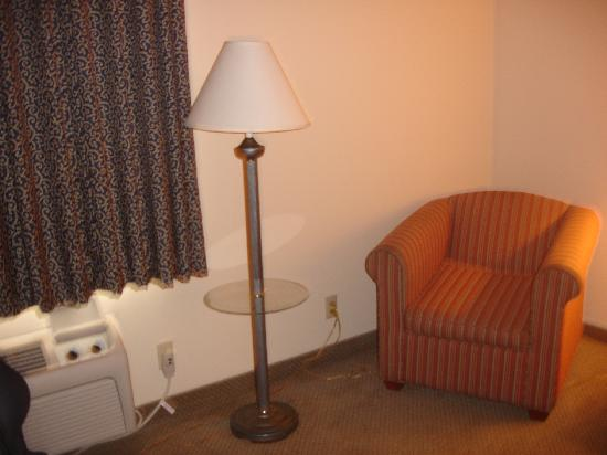 La Quinta Inn St. Louis Hazelwood- Airport North: Chair is worn