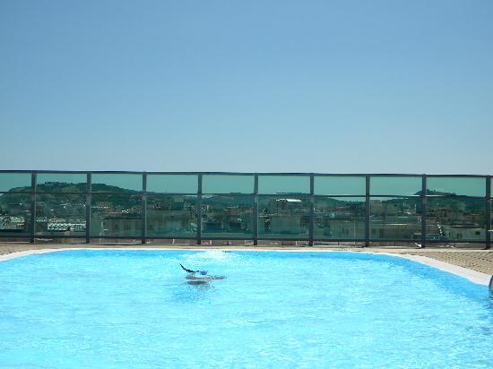 La splendida piscina panoramica foto de hotel universal cattolica tripadvisor - Piscina panoramica valdaora ...