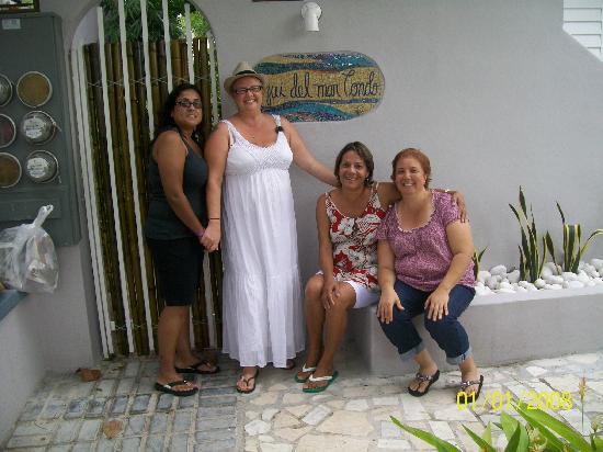 Coqui del Mar Guest House: Entrance to Coqui Del Mar- Lina,Cookie,Noyda,and Thayz